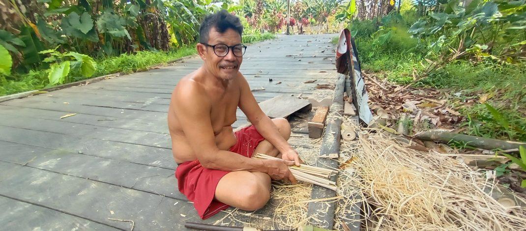 Jumri, Pengrajin Bubu Ikan Baung Dari Kampung Sebelang Kecamatan Muara Pahu